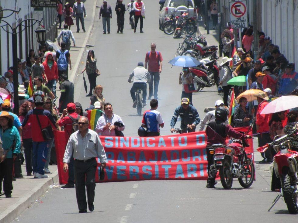 Los trabajadores universitarios bloquearon la calle España.