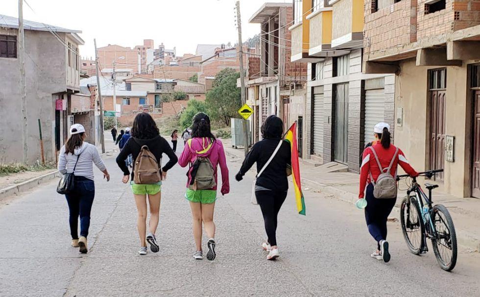 Jóvenes que habitan en el Distrito 3 se dirigen a pie al centro de la ciudad.