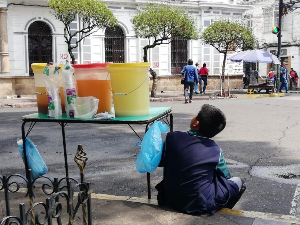 Algunas personas aprovechan el flujo de transeúntes para vender bebidas refrescantes.