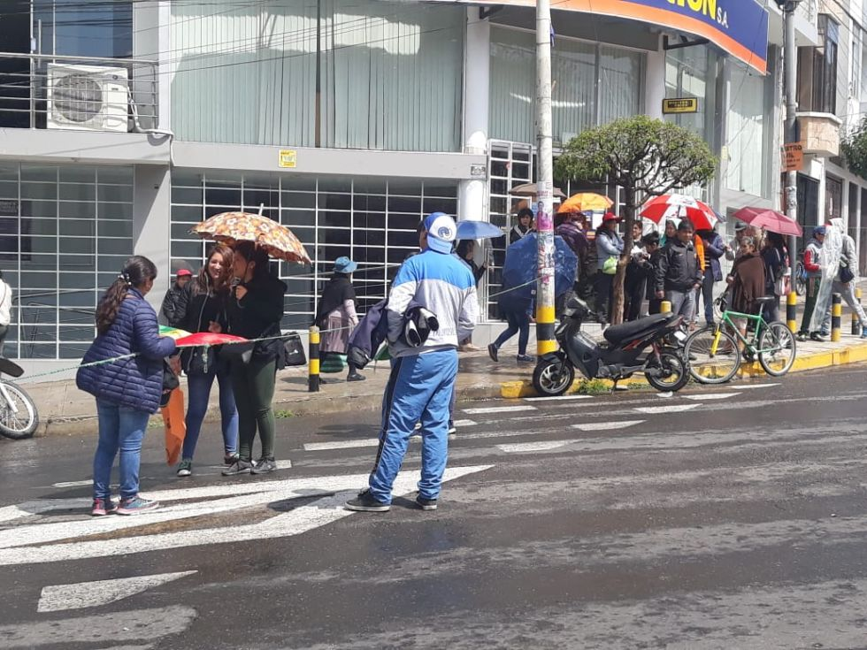 Manifestantes hicieron que el Banco Unión de la avenida del Maestro, cierre sus puestas.