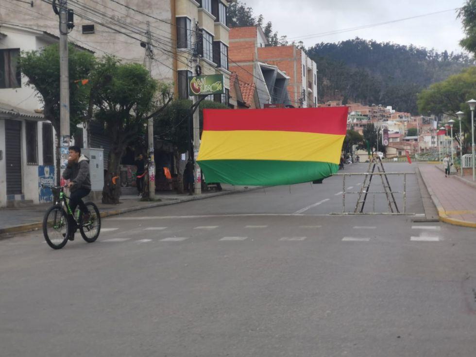 Banderas, sogas, cajas, automóviles, micros, camiones, entre otros, son utilizados para bloquear calles y avenidas de la capital.