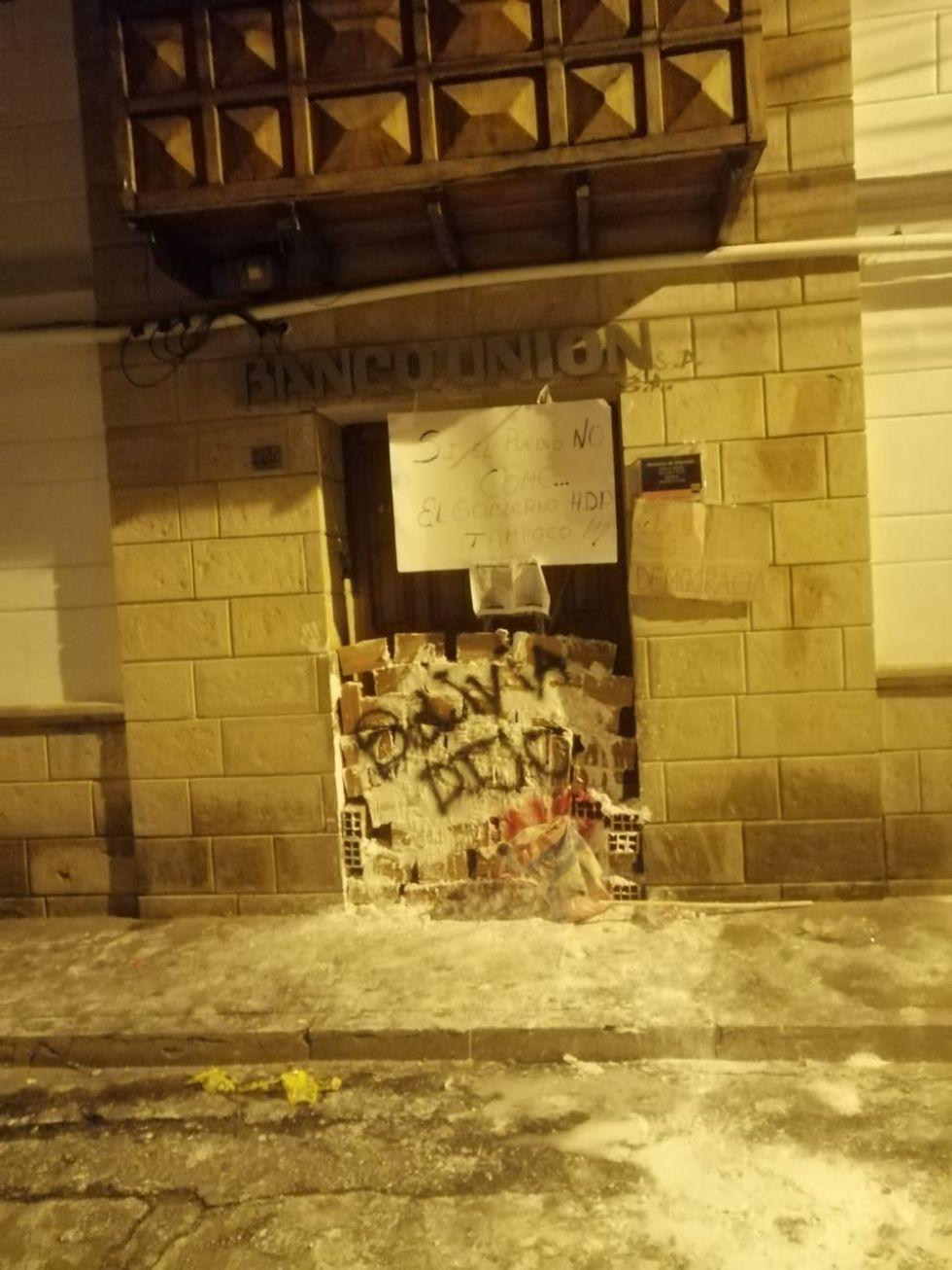 Sectores movilizados tapiaron el ingreso a las oficinas del Banco Unión en la calle Bolívar, y la Contraloría General.