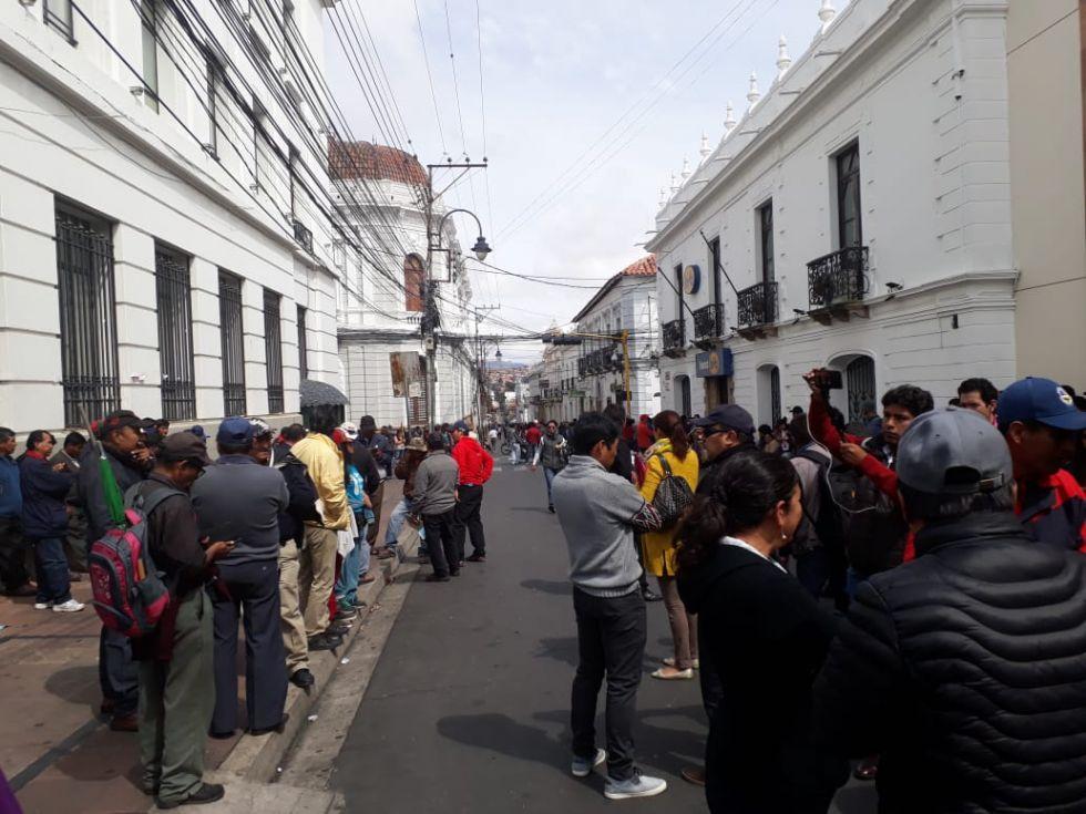 De esta manera manifestantes realizan el cerco a las diferentes instituciones públicas.