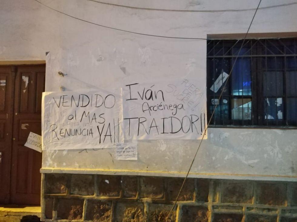 La gente se da modos para dejar mensajes en las calles.