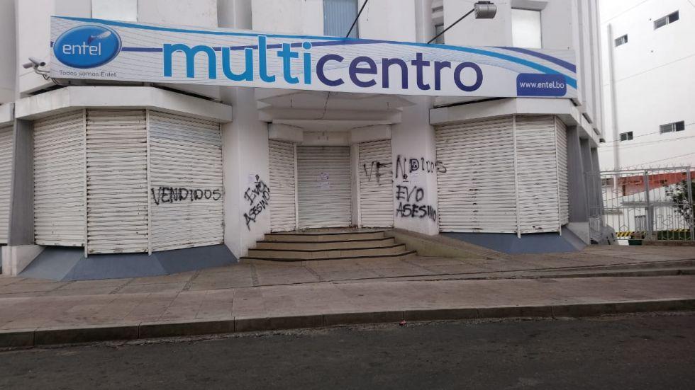 Continúan los cercos a instituciones públicas y bloqueos en el centro histórico de Sucre.