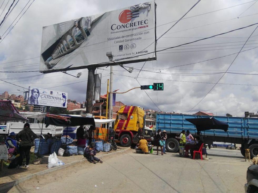 Bloqueo en la rotonda de la parada Ravelo en la avenida Juana Azurduy de Padilla