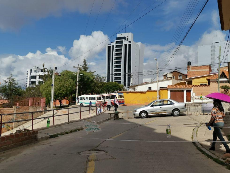 Los vecinos de la calle final Panamá utilizan autos, micros y escaleras.