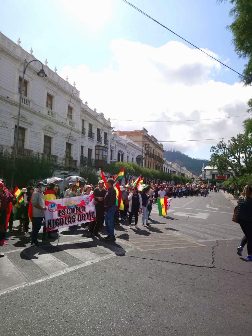 Juntas de padres de familia de diferentes unidades educativas, marcharon hasta la plaza 25 de Mayo.