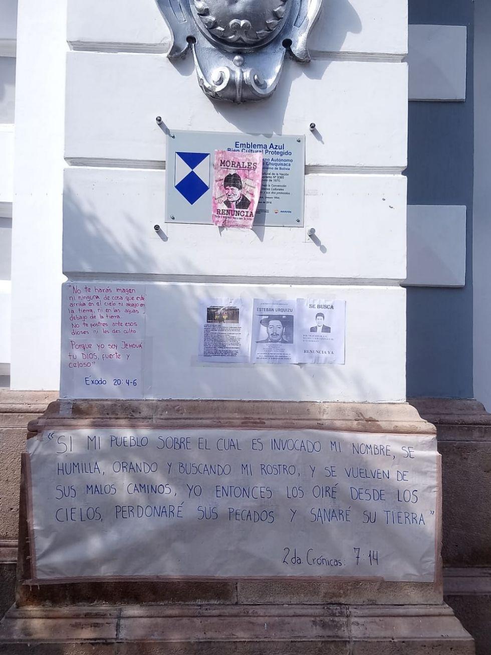 Carteles con mensajes y pedidos son colocados en puertas de instituciones públicas.