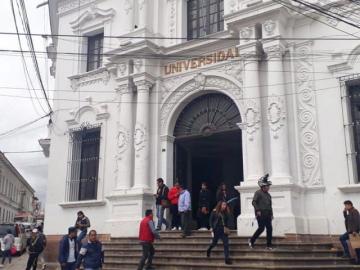 U: Administrativos paran exigiendo reposición salarial