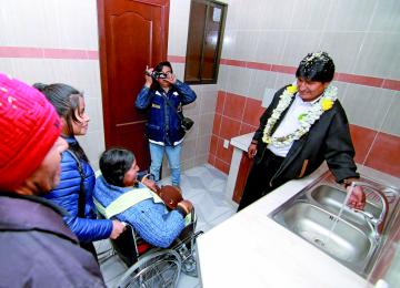 Víctimas reciben departamentos tras deslizamiento
