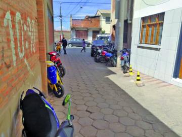 Usan calle como si fuera estacionamiento